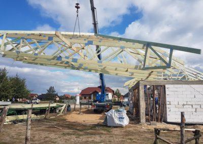 montaż dachu kopertowego wykonanego w technologii łączenia płytek