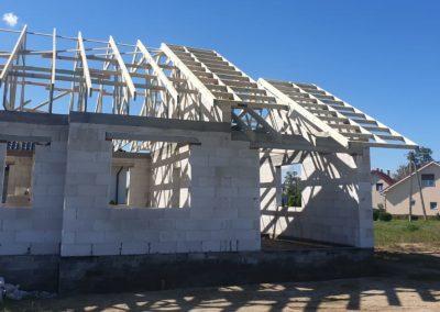 dom z wiązarami dachowymi